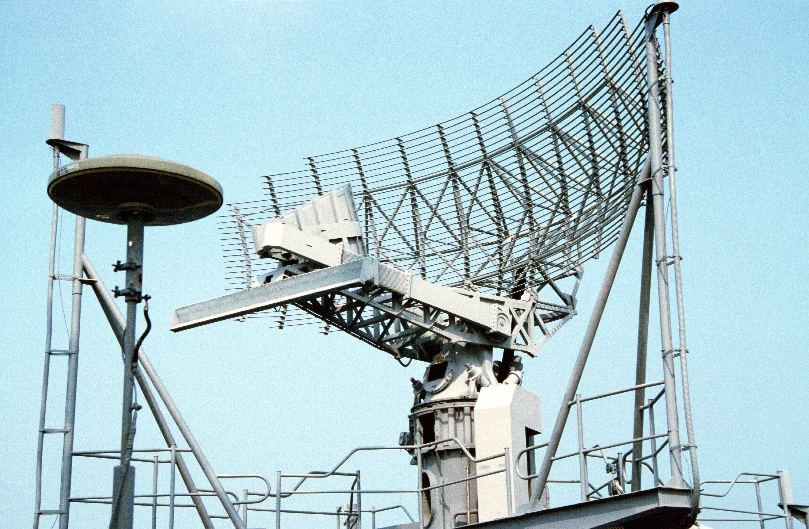 A view of the SPS-49 air search radar antenna mounted atop the lattice mast aboard the nuclear-powered aircraft carrier USS ABRAHAM LINCOLN (CVN 72).